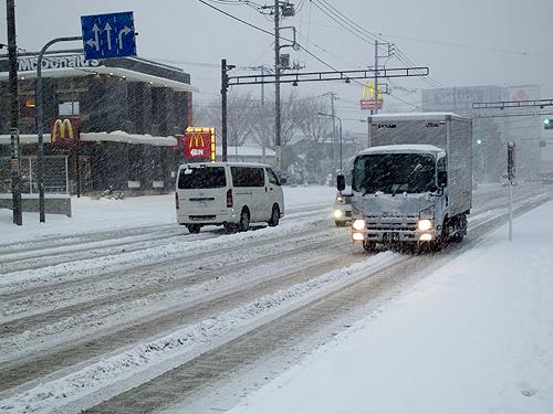 雪の幹線道路